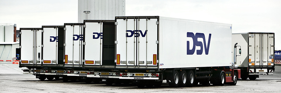 Valkoiset DSV-trailerit rivissä