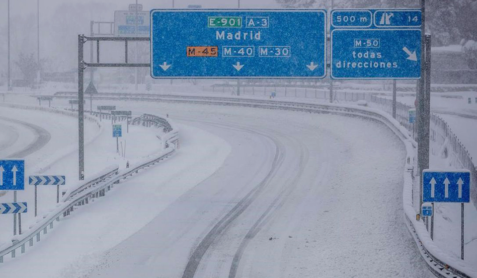 Snow in motorway in Spain